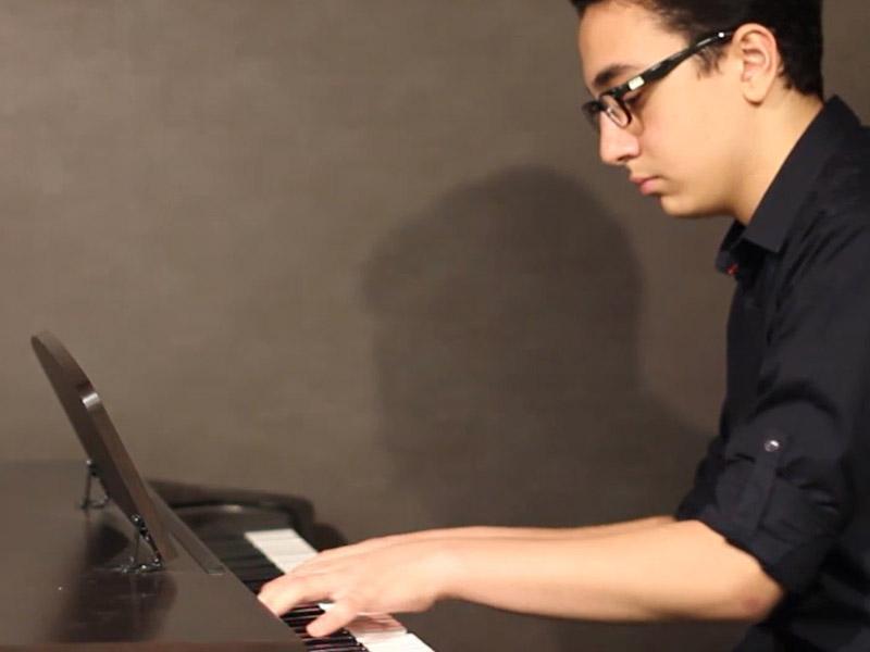 تکنوازی پیانو در کنسرت پایان ترم صدای مهرورزان