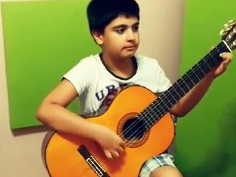 گیتار نواز نوجوان